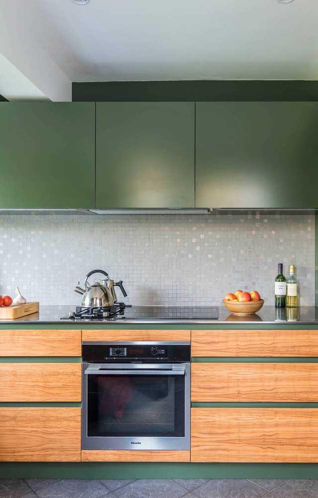 Verde musgo e tons de madeira: uma combinação acolhedora e reconfortante