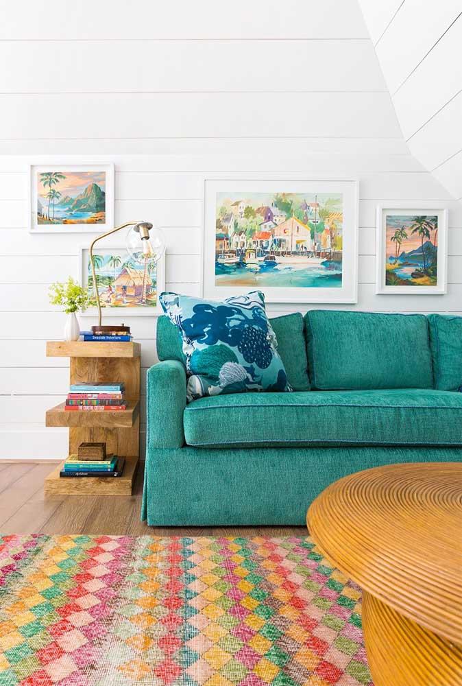 O tom verde azulado do sofá também é uma ótima pedida para a sala de estar; especialmente essa bem iluminada