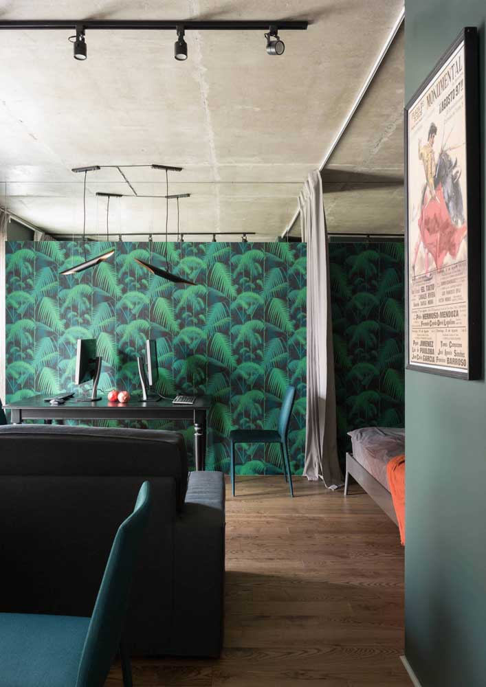 O home office ganhou um papel de parede moderno de folhas verdes e fundo preto