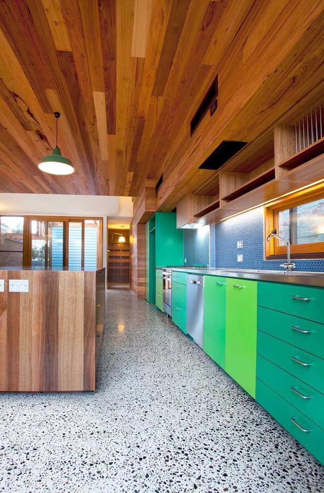 Lúdica e colorida essa inspiração de armários em tons diferentes de verde