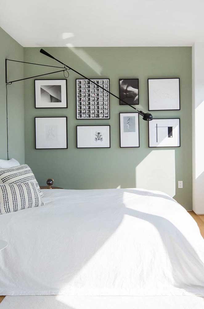O quarto moderno e minimalista traz uma parede em tom de verde claro acinzentado