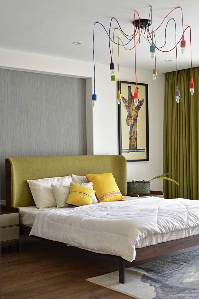 O tom de verde oliva traz equilíbrio, serenidade e relaxamento para o quarto do casal