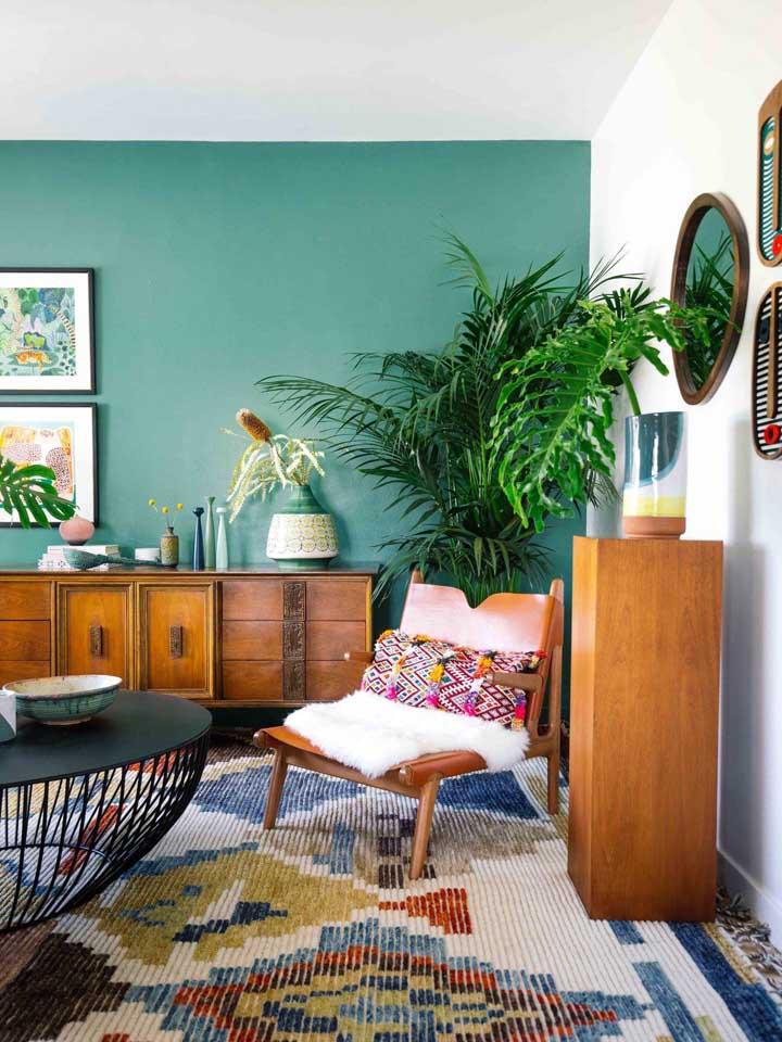 Tons variados de verde nas poltronas da sala