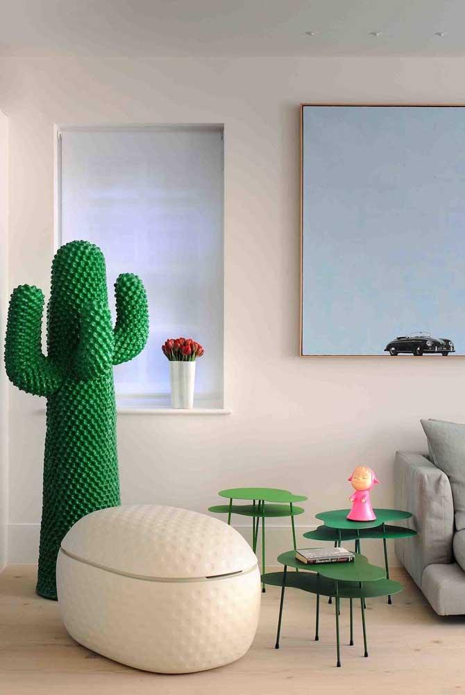 Diferentes tons de verde alegram essa parede estofada de quarto infantil