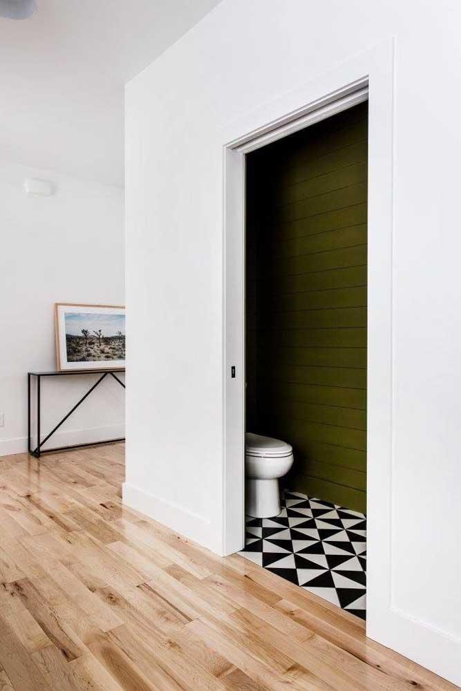 Olha que luxo esse lavabo com paredes verdes!