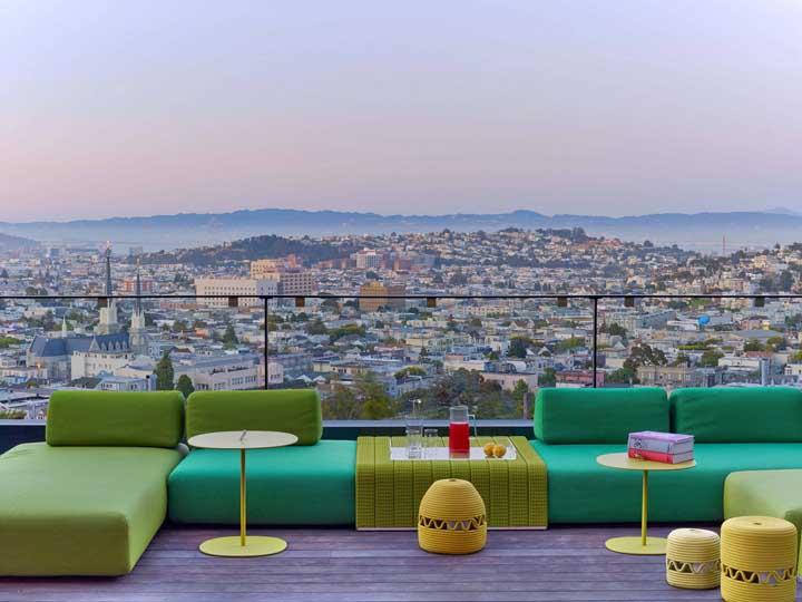 A varanda do apartamento ficou incrível com a combinação de diferentes tons de verde; perfeita para apreciar a linda paisagem