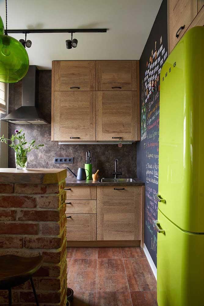 Um tom de verde alegre e descontraído para combinar com a proposta despojada da cozinha cheia de elementos naturais, como a madeira e os tijolinhos