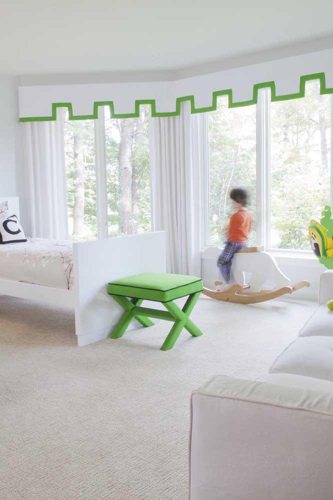 O quarto infantil branco ganhou detalhes em verde escuro que enriqueceram o ambiente
