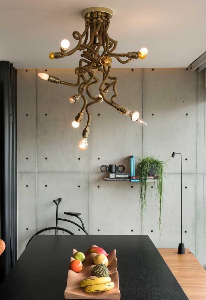Cabos de cobre formam esse lustre original com jeito de medusa