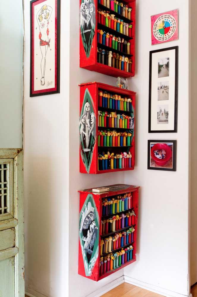 Aqui, os caixotes de madeira pintados de vermelho se tornaram ótimos expositores para a coleção de bonecos