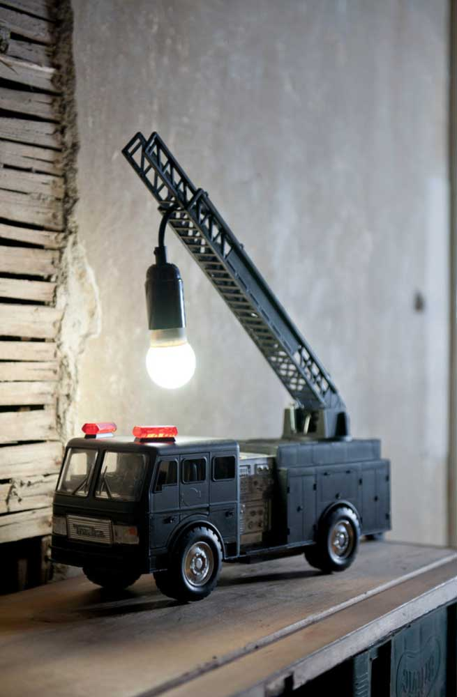 Até aquele brinquedo que as crianças não usam mais podem se transformar e ganhar nova função, aqui, por exemplo, o carrinho virou luminária