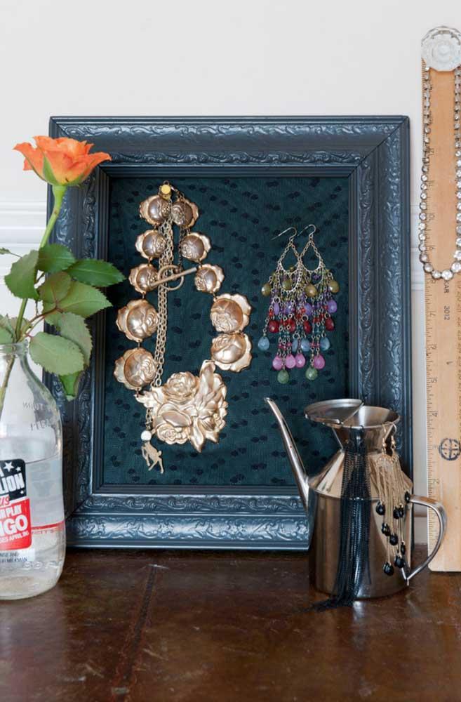 Quem não tem uma moldura velha em casa? Reaproveite-a para pendurar suas bijuterias