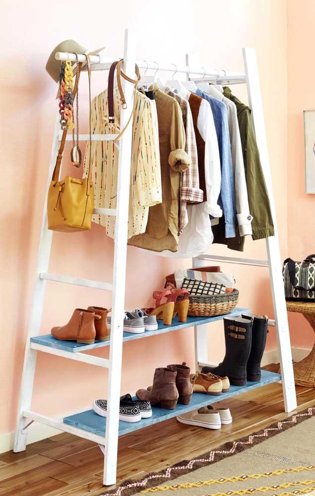 O closet aberto pode ser feito com escadas e ripas de madeira