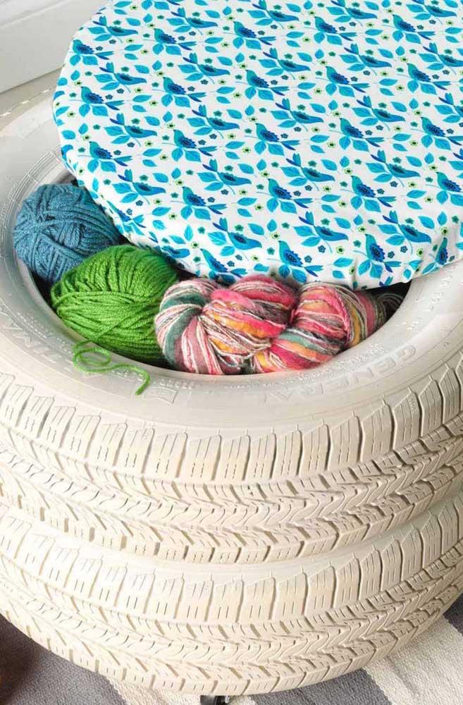 Essa ideia é para as tricoteiras de plantão: guarde suas lãs em um puff de pneu; a peça também pode ser usada como um assento extra no ambiente