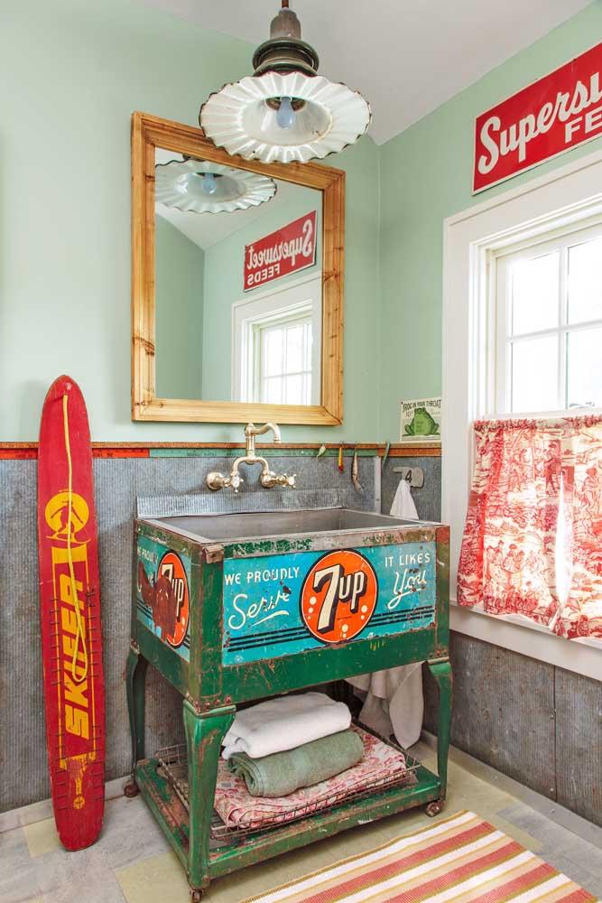 Upcycling no gabinete de banheiro: repare que as características originais do objeto são mantidas