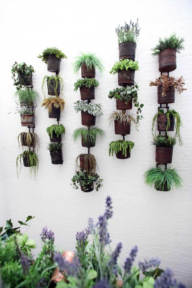 Jardim vertical com vasos de lata; basta um novo olhar e tudo se transforma