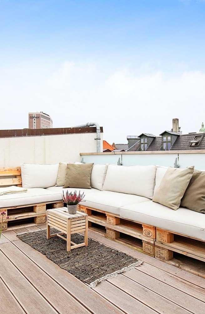 Uma varanda elegante, charmosa e cheia de estilo com o sofá de pallet
