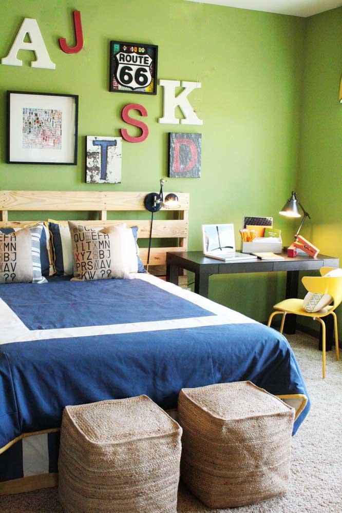 As cabeceiras de pallet já são um clássico da decoração sustentável, mas o destaque aqui nesse quarto vai para os dois puffs perto da cama, sabe do que eles são feitos? Garrafa pet!