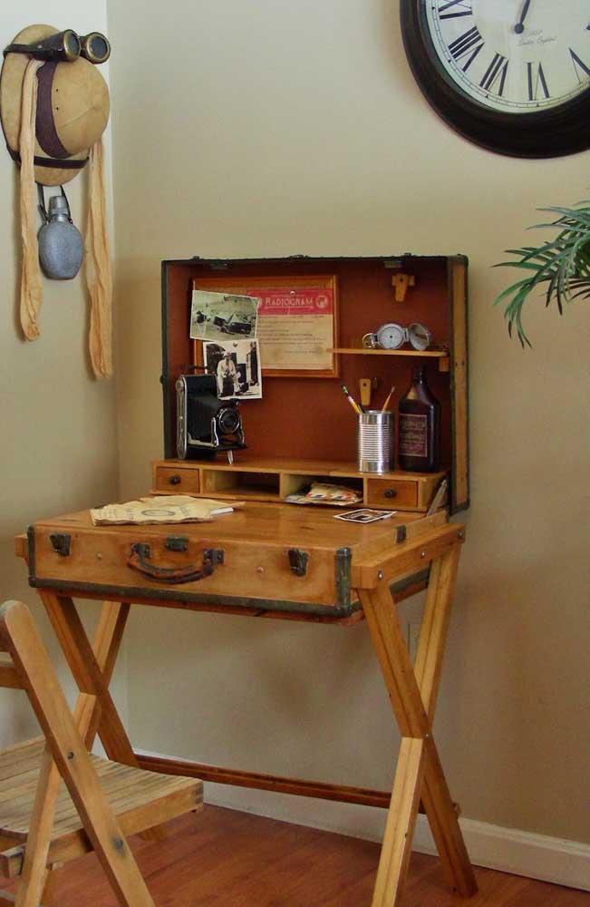 Um par de cavaletes transforma a mala antiga em uma escrivaninha