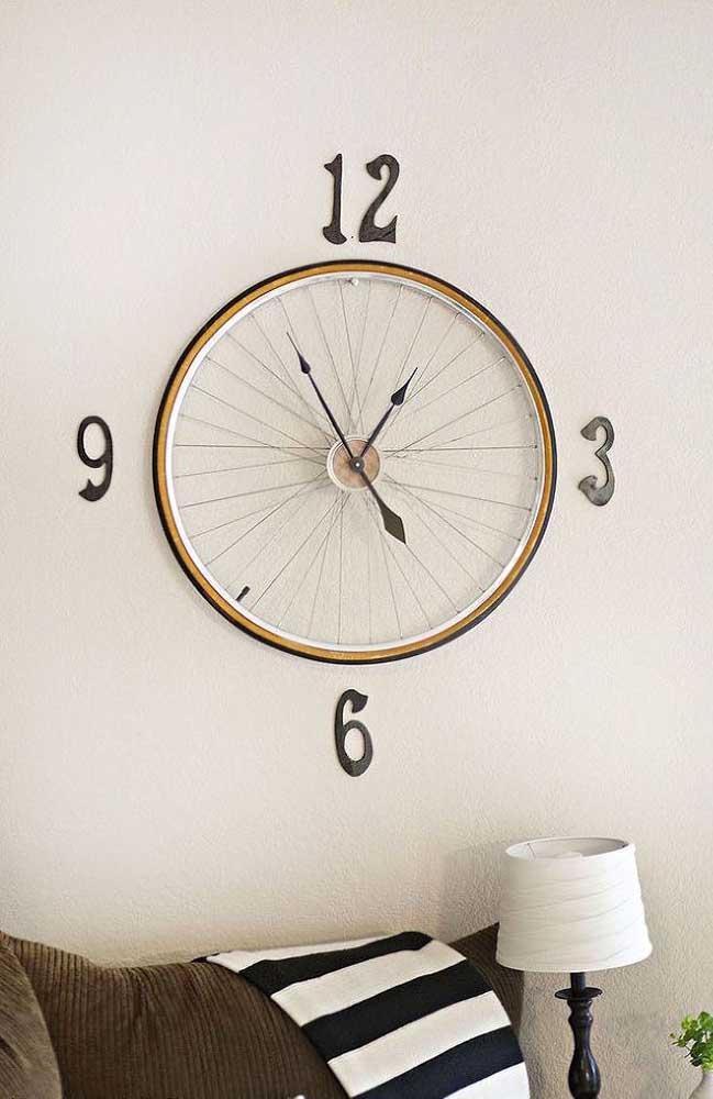 Esse upcycling é demais! Um relógio de parede feito com aro de bicicleta