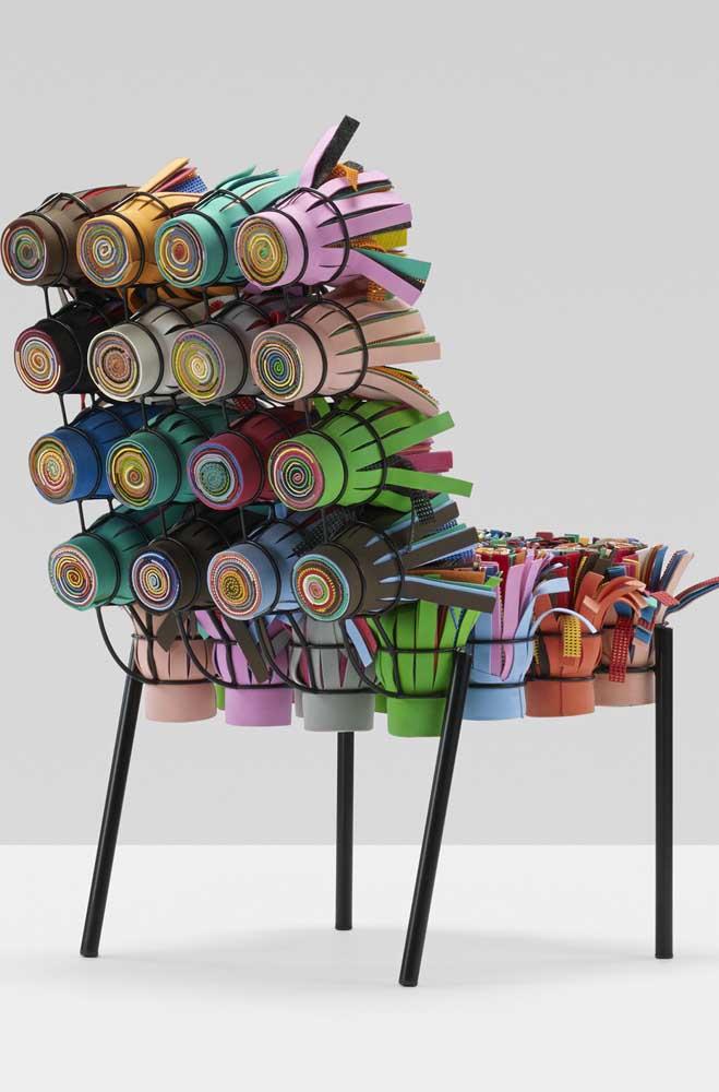 Cadeira conceito feita com copinhos plásticos