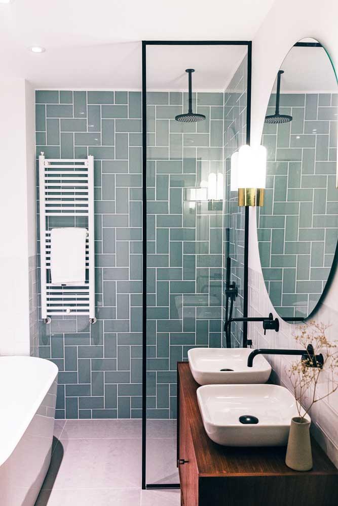 Se a grana tiver curta para revistar o banheiro inteiro com subway tiles, use-os somente na área do box