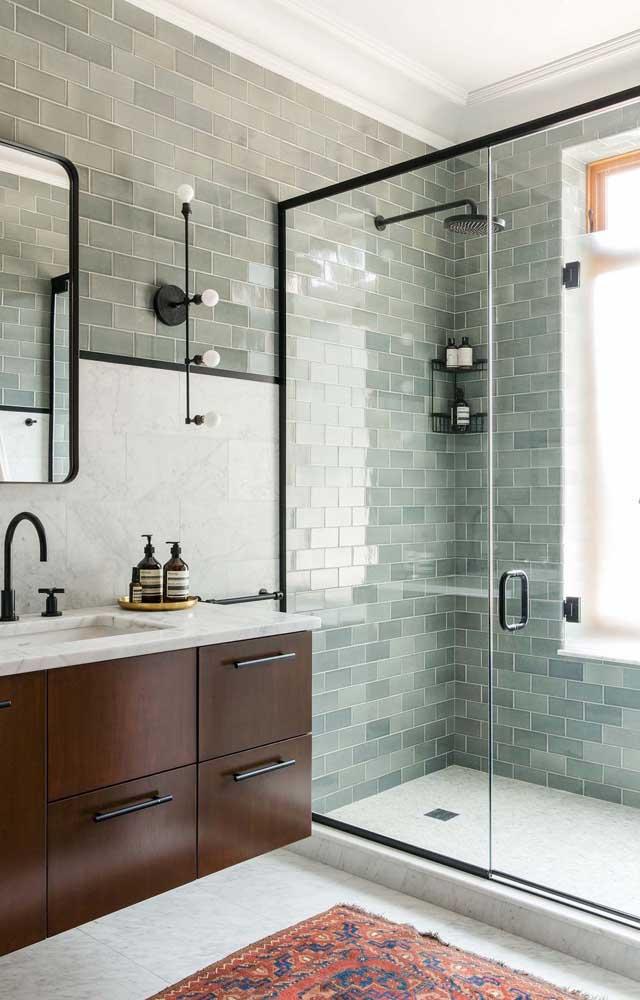 Para um banheiro clean e neutro aposte em um subway tile cinza ou branco, como esse da imagem, aproveite para combiná-lo com peças em preto