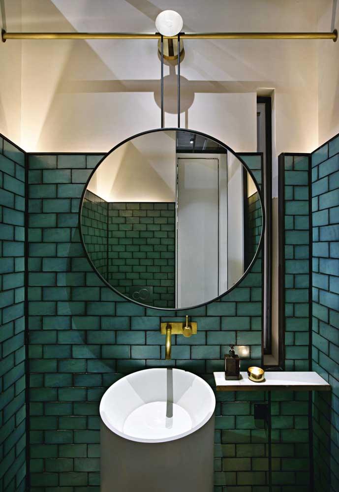 O rejunte preto trouxe modernidade e estilo ao subway tile azul
