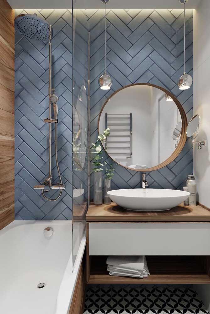 Subway tiles com paginação espinha de peixe na parede principal do banheiro