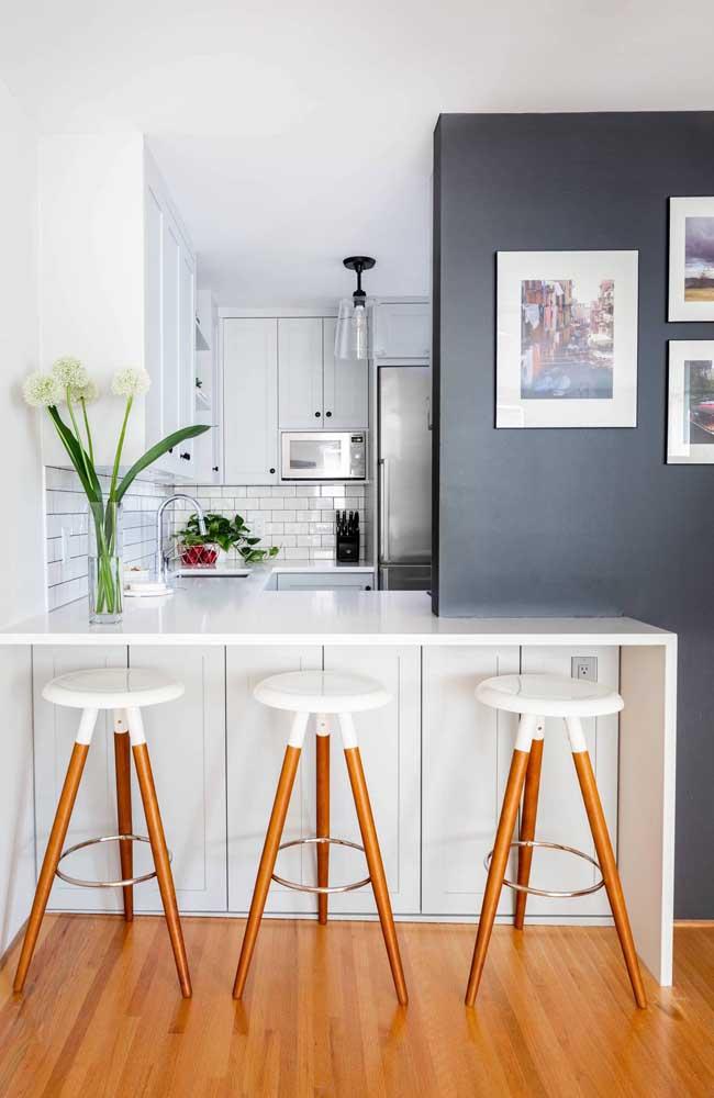 Cozinha branca com subway tile na mesma cor: um casamento perfeito