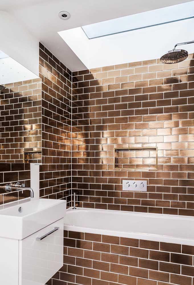 E indo na contramão da imagem anterior, um subway tile marrom metalizado