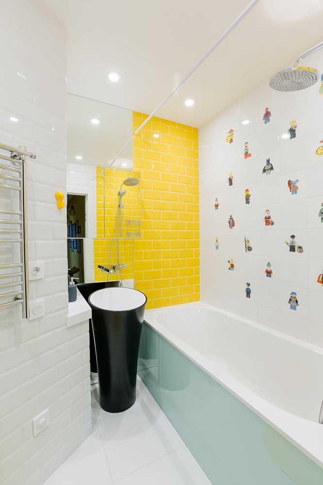 Já aqui, o banheiro branco se tornou o pano de fundo ideal para o subway tile amarelo