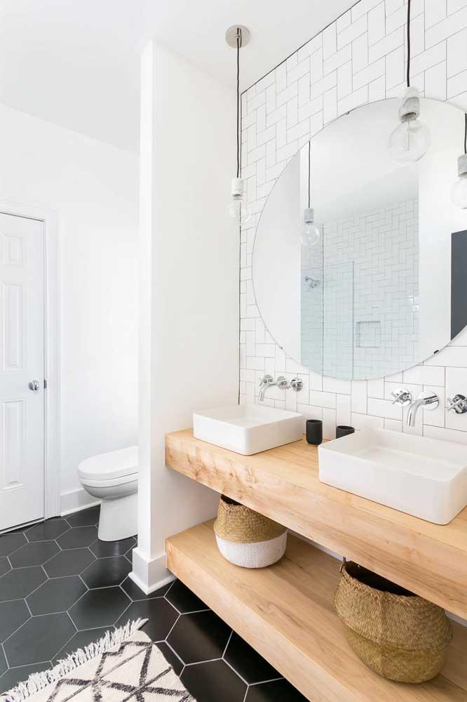 Para um banheiro com ares escandinavo aposte em um subway tile branco combinado à peças de madeira e piso preto
