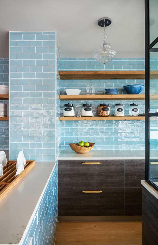 O subway tile azul claro colore toda essa cozinha