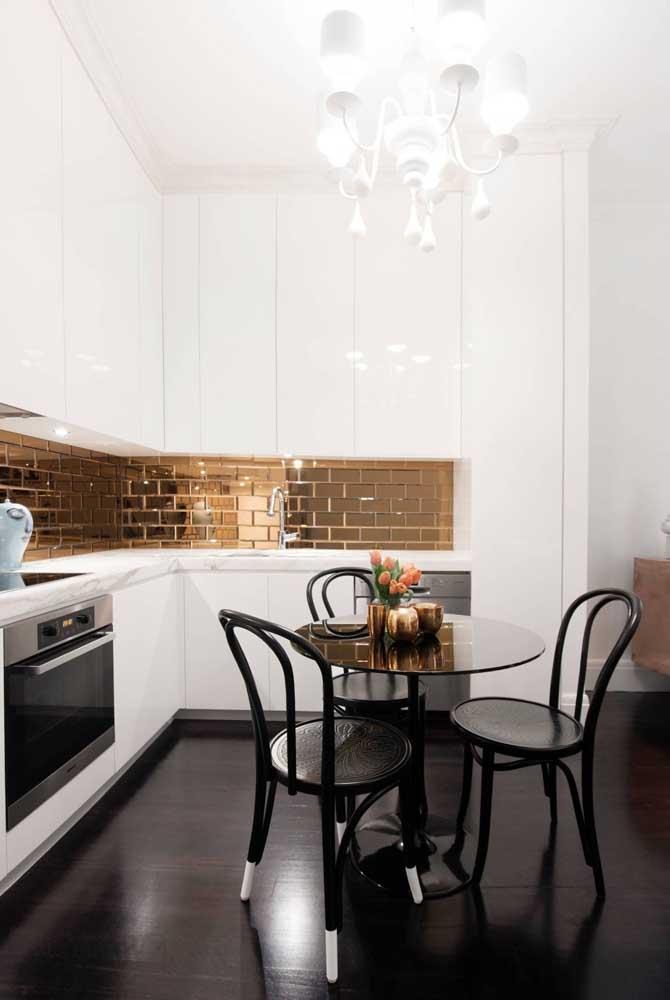 Um arraso esse subway tile dourado na cozinha branca!