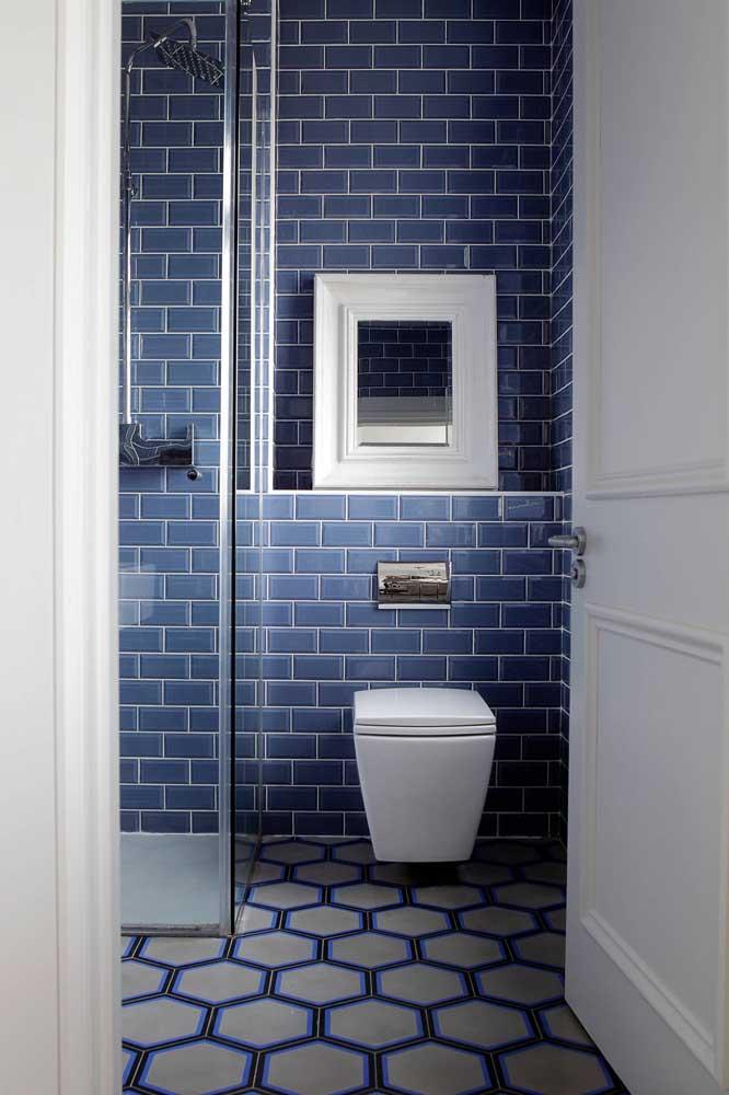 Banheiro azul e branco é um clássico e pode ficar ainda melhor com os subway tiles