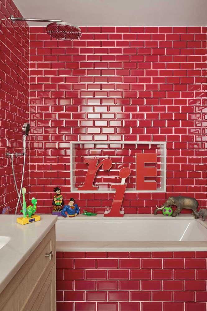 E que tal uma versão rosa avermelhada de subway tiles? Sem dúvida, o banheiro ficou mais divertido e animado
