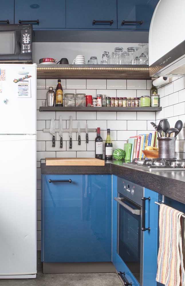 Se você sonha com uma cozinha retrô não deixe de usar subway tiles na parede