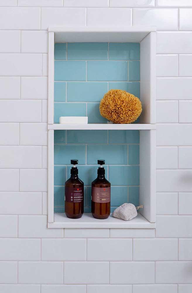 Para diferenciar, o nicho ganhou subway tile de cor azul