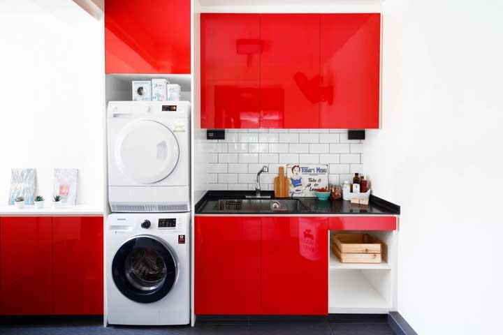 A cozinha de marcenaria clássica preferiu apostar na neutralidade moderna do subway tile cinza
