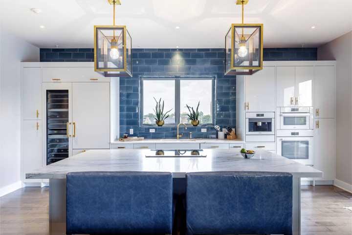 Calmaria e tranquilidade nessa cozinha branca revestida com subway tile azul