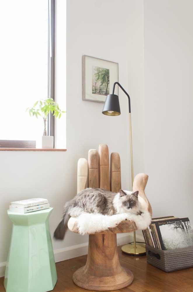 A poltrona divertida e irreverente optou por um modelo de abajur de chão simples, mas moderno