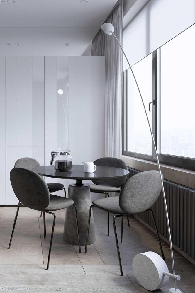 Para a mesa de reunião do escritório, a opção foi por um abajur de chão moderno e minimalista