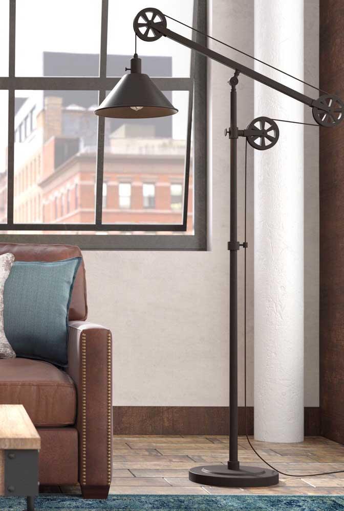 As roldanas de ferro dão um ar super original e descontraído para esse abajur de chão