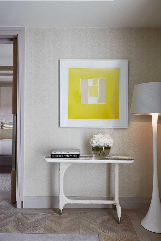 Mais um modelo de abajur de chão tripé para você se inspirar; repare como a peça se encaixa em diversas propostas de decoração