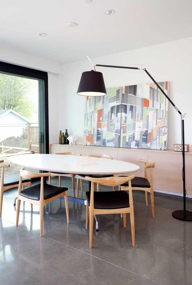 Abajur de chão preto para combinar com os detalhes da decoração da sala de reuniões