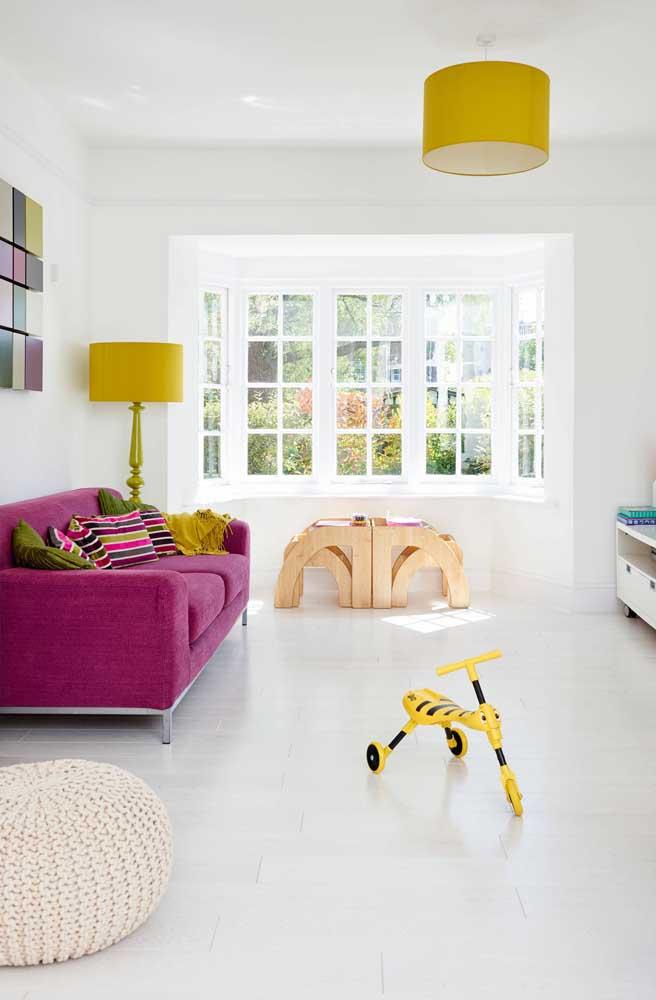 Um abajur de chão retrô repaginado com o uso da cor amarela