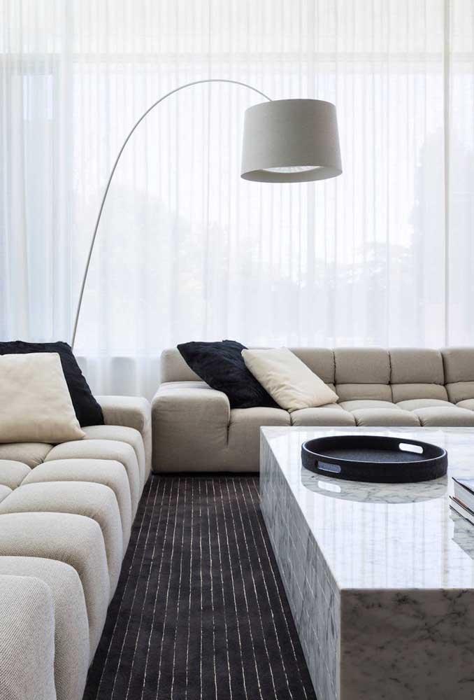 A sala de estar moderna e neutra trouxe um abajur de chão com o mesmo estilo