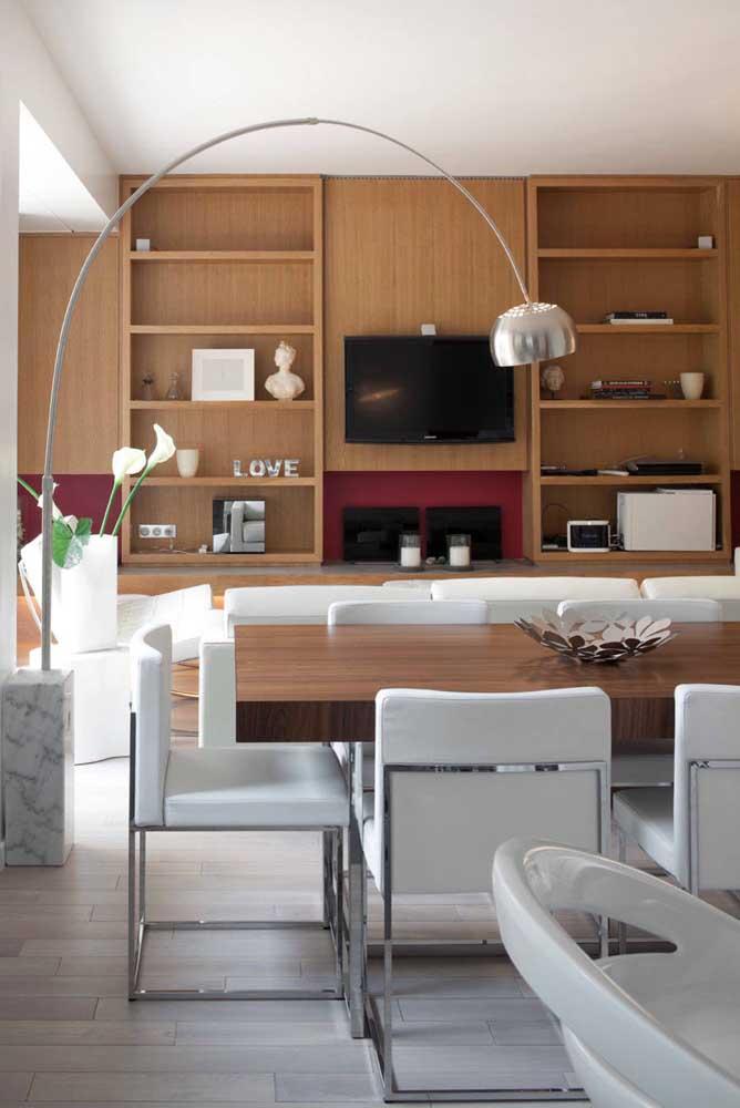 Abajur de chão clean, moderno e sofisticado, como a sala de jantar; repare que o inox presente no abajur também se encontra nas cadeiras