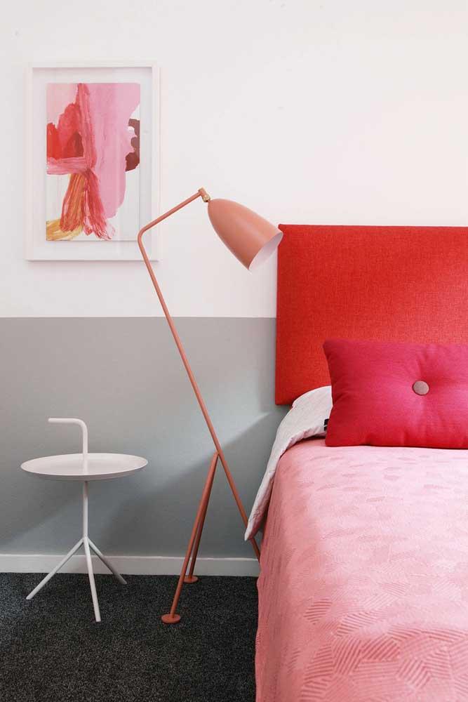 Abajur de chão em tom de rosa goiaba, seguindo a mesma paleta de cores do restante do quarto